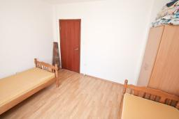 Спальня 2. Продается квартира в Тивате, Селяново. 122м2, гостиная, 3 спальни, 2 ванные комнаты, большой балкон, 400 метров до моря, цена - 160'000 Евро.  в Селяново