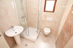 Ванная комната. Продается квартира в Герцег-Нови, Топла. 54м2, гостиная, 1 спальни, балкон с видом на море, 400 метров до моря, цена - 110'000 Евро. в Герцег Нови