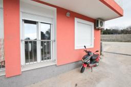 Фасад дома. Продается квартира в Герцег-Нови, Топла. 35м2, гостиная, 1 спальня, 400 метров до моря, цена - 55'000 Евро. в Герцег Нови