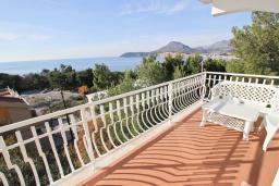 Балкон. Черногория, Сутоморе : Апартамент для 4-6 человек, с большой гостиной, с 2-мя отдельными спальнями, с 2-мя ванными комнатами, с большим балконом с шикарным видом на море