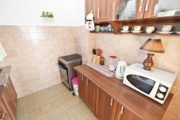 Кухня. Черногория, Сутоморе : Апартамент для 4-6 человек, с большой гостиной, с 2-мя отдельными спальнями, с 2-мя ванными комнатами, с большим балконом с шикарным видом на море
