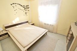Спальня. Черногория, Сутоморе : Апартамент для 4-6 человек, с большой гостиной, с 2-мя отдельными спальнями, с 2-мя ванными комнатами, с большим балконом с шикарным видом на море