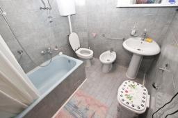 Ванная комната 2. Черногория, Сутоморе : Апартамент для 4-6 человек, с большой гостиной, с 2-мя отдельными спальнями, с 2-мя ванными комнатами, с большим балконом с шикарным видом на море