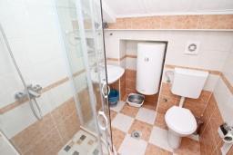 Ванная комната. Продается квартира в Герцег-Нови, Савина. 28м2, гостиная, 1 спальня, 60 метров до моря, цена - 55'000 Евро. в Герцег Нови