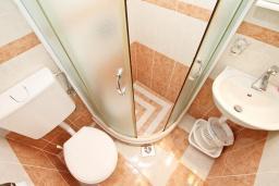 Ванная комната. Продается квартира-студия в Герцег-Нови, Савина. 18м2, балкон с видом на море, 60 метров до пляжа, цена - 52'000 Евро. в Герцег Нови