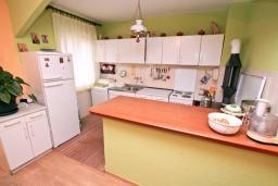 Кухня. Черногория, Зеленика : Апартамент для 4-6 человек, с большой гостиной, с 2-мя отдельными спальнями, с балконом