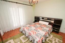 Спальня. Черногория, Зеленика : Апартамент для 4-6 человек, с большой гостиной, с 2-мя отдельными спальнями, с балконом
