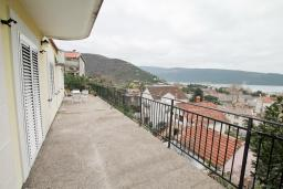 Терраса. Продается дом в Зеленике. 120м2, гостиная, 3 спальни, 2 ванные комнаты, большая терраса с видом на море, 150 метров до пляжа, цена - 300'000 Евро.  в Зеленике