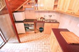 Кухня. Черногория, Рисан : Апартамент для 10 человек, с большой гостиной, с 3-мя отдельными спальнями, с 2-мя ванными комнатами, с балконом с шикарным видом на море, 150 метров до пляжа
