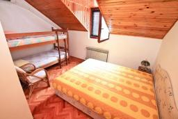 Спальня 2. Черногория, Рисан : Апартамент для 10 человек, с большой гостиной, с 3-мя отдельными спальнями, с 2-мя ванными комнатами, с балконом с шикарным видом на море, 150 метров до пляжа