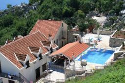 Территория. Продается 3-х этажный дом в Рисане. 300м2, 2 большие гостиные, 9 спален, 4 ванные комнаты, 3 балкона 2 террасы с видом на море, бассейн, гараж, территория 486м2, 150 метров до пляжа, цена - 850'000 Евро. в Рисане