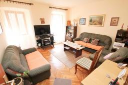 Гостиная. Продается квартира в Герцег-Нови, Старый город. 73м2, гостиная, кухня, 2 спальни, ванная комната, туалет, 100 метров до моря, цена - 140'000 Евро. в Герцег Нови