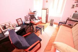 Спальня. Продается квартира в Герцег-Нови, Старый город. 73м2, гостиная, кухня, 2 спальни, ванная комната, туалет, 100 метров до моря, цена - 140'000 Евро. в Герцег Нови