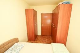 Спальня 2. Продается квартира в Герцег-Нови, Старый город. 73м2, гостиная, кухня, 2 спальни, ванная комната, туалет, 100 метров до моря, цена - 140'000 Евро. в Герцег Нови