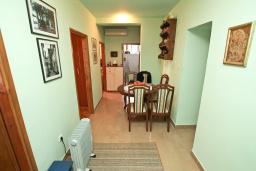 Коридор. Продается квартира в Герцег-Нови, Старый город. 73м2, гостиная, кухня, 2 спальни, ванная комната, туалет, 100 метров до моря, цена - 140'000 Евро. в Герцег Нови