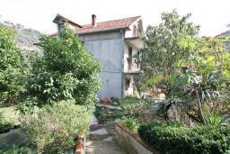 Фасад дома. Продается 3-х этажный дом в Герцег-Нови, Дубрава. 240м2, кухня-столовая, гостиная, 5 спален, 2 комнаты с грубым ремонтом, 2 ванные комнаты, участок 2700, 800 метров до моря, цена - 900'000 Евро. в Герцег Нови