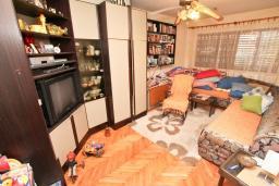 Гостиная. Продается 3-х этажный дом в Герцег-Нови, Дубрава. 240м2, кухня-столовая, гостиная, 5 спален, 2 комнаты с грубым ремонтом, 2 ванные комнаты, участок 2700, 800 метров до моря, цена - 900'000 Евро. в Герцег Нови