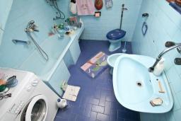 Ванная комната. Продается 3-х этажный дом в Герцег-Нови, Дубрава. 240м2, кухня-столовая, гостиная, 5 спален, 2 комнаты с грубым ремонтом, 2 ванные комнаты, участок 2700, 800 метров до моря, цена - 900'000 Евро. в Герцег Нови