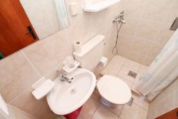 Ванная комната. Черногория, Нивице : Студия для 2 человек, с 2-мя балконами с шикарным видом на море, 30 метров до пляжа