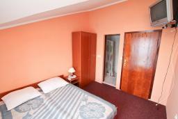 Спальня. Черногория, Нивице : Комната для 2 человек, с балконом с шикарным видом на море, 30 метров до пляжа