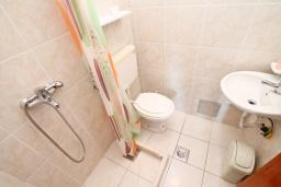Ванная комната. Черногория, Нивице : Комната для 2 человек, с балконом с шикарным видом на море, 30 метров до пляжа