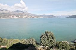 Вид на море. Черногория, Нивице : Апартамент для 4 человек, с 2-мя отдельными спальнями, с 2-мя балконами с шикарным видом на море, 30 метров до пляжа