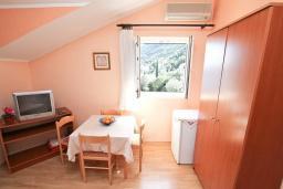 Спальня. Черногория, Нивице : Апартамент для 4 человек, с 2-мя отдельными спальнями, с 2-мя балконами с шикарным видом на море, 30 метров до пляжа