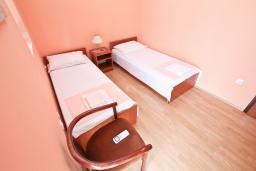 Спальня 2. Черногория, Нивице : Апартамент для 4 человек, с 2-мя отдельными спальнями, с 2-мя балконами с шикарным видом на море, 30 метров до пляжа