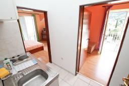 Кухня. Черногория, Нивице : Апартамент для 4 человек, с 2-мя отдельными спальнями, с 2-мя балконами с шикарным видом на море, 30 метров до пляжа