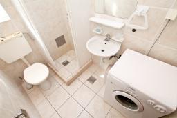 Ванная комната. Черногория, Нивице : Апартамент для 4 человек, с 2-мя отдельными спальнями, с 2-мя балконами с шикарным видом на море, 30 метров до пляжа
