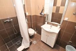 Ванная комната. Черногория, Рафаиловичи : Уютная студия на берегу моря Рафаиловичей