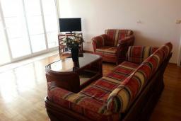 Гостиная. Черногория, Рафаиловичи : Апартамент 90м2 с 2-мя спальнями, на берегу моря в Рафаиловичи с шикарным видом на море