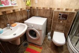 Ванная комната. Черногория, Будва : Современная студия с большим балконом