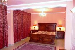 Спальня. Черногория, Обала Джурашевича : Роскошная 3-х этажная вилла с бассейном и видом на море, с 4-мя отдельными спальнями, 3-мя ванными комнатами, с местом для барбекю и парковкой, 50 метров от пляжа