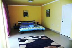 Спальня 2. Черногория, Обала Джурашевича : Роскошная 3-х этажная вилла с бассейном и видом на море, с 4-мя отдельными спальнями, 3-мя ванными комнатами, с местом для барбекю и парковкой, 50 метров от пляжа