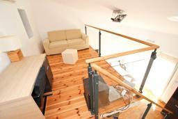 Спальня. Черногория, Булярица : Вилла класса ЛЮКС с 7 спальнями и ванными комнатами, с большой территорией и бассейном, с собственным рестораном, 80 метров до моря, несколько парковочных мест, Wi-Fi, место для барбекю
