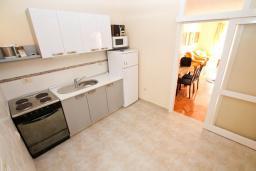 Кухня. Черногория, Игало : Дом с 2-мя гостиными, с 4-мя отдельными спальнями, с 2-мя ванными комнатами, с фантастическим садом, с местом для барбекю, Wi-Fi