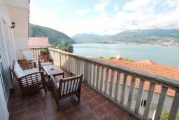 Вид на море. Черногория, Нивице : Дом окруженный садом с большой гостиной, с 7 отдельными спальнями, 5 ванными комнатами, с 4 балконами с шикарным видом на море, с местом для барбекю, несколько парковочных мест
