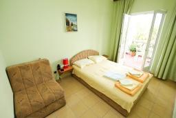 Спальня. Черногория, Нивице : Дом окруженный садом с большой гостиной, с 7 отдельными спальнями, 5 ванными комнатами, с 4 балконами с шикарным видом на море, с местом для барбекю, несколько парковочных мест