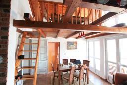 Гостиная. Черногория, Нивице : Дом окруженный садом с большой гостиной, с 7 отдельными спальнями, 5 ванными комнатами, с 4 балконами с шикарным видом на море, с местом для барбекю, несколько парковочных мест