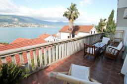 Балкон. Черногория, Нивице : Дом окруженный садом с большой гостиной, с 7 отдельными спальнями, 5 ванными комнатами, с 4 балконами с шикарным видом на море, с местом для барбекю, несколько парковочных мест