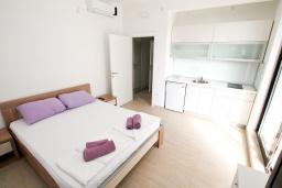 Спальня. Черногория, Петровац : Современная вилла с 2-мя просторными гостиными, с 7-ю отдельными спальнями, с 5-ю ванными комнатами, с зеленой территорией, с бетонной террасой с видом на сад, с балконами с видом на море, Wi-Fi
