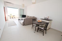 Гостиная. Черногория, Герцег-Нови : Современный апартамент для 4-6 человек, с просторной гостиной, с 2-мя отдельными спальнями, с большим балконом с шикарным видом на море, 20 метров до пляжа