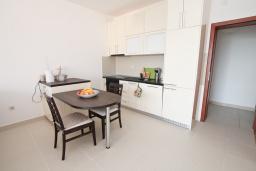 Кухня. Черногория, Герцег-Нови : Современный апартамент для 4-6 человек, с просторной гостиной, с 2-мя отдельными спальнями, с большим балконом с шикарным видом на море, 20 метров до пляжа