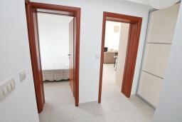 Коридор. Черногория, Герцег-Нови : Современный апартамент для 4-6 человек, с просторной гостиной, с 2-мя отдельными спальнями, с большим балконом с шикарным видом на море, 20 метров до пляжа