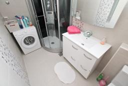 Ванная комната. Черногория, Герцег-Нови : Современный апартамент для 4-6 человек, с просторной гостиной, с 2-мя отдельными спальнями, с большим балконом с шикарным видом на море, 20 метров до пляжа