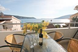 Балкон. Черногория, Герцег-Нови : Современный апартамент для 4-6 человек, с просторной гостиной, с 2-мя отдельными спальнями, с большим балконом с шикарным видом на море, 20 метров до пляжа