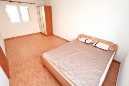 Спальня. Черногория, Герцег-Нови : Уютный 2-х этажный дом с просторной гостиной, с 4-мя отдельными спальнями, с 3-мя ванными комнатами, с бассейном, террасой и большим балконом с шикарным видом на море, парковочное место, Wi-Fi