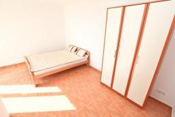 Спальня 2. Черногория, Герцег-Нови : Уютный 2-х этажный дом с просторной гостиной, с 4-мя отдельными спальнями, с 3-мя ванными комнатами, с бассейном, террасой и большим балконом с шикарным видом на море, парковочное место, Wi-Fi