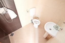 Ванная комната 2. Черногория, Герцег-Нови : Уютный 2-х этажный дом с просторной гостиной, с 4-мя отдельными спальнями, с 3-мя ванными комнатами, с бассейном, террасой и большим балконом с шикарным видом на море, парковочное место, Wi-Fi
